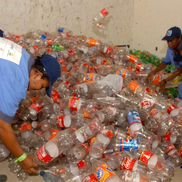 Foto : Leo Caldas / Titular COOPERATIVA PRO RECIFE -Triagem dos mateirais (Pet) Recife / PE     23 / 03 / 2007 Titular Agencia Fotografica tel.fax.: 81  3222.0290